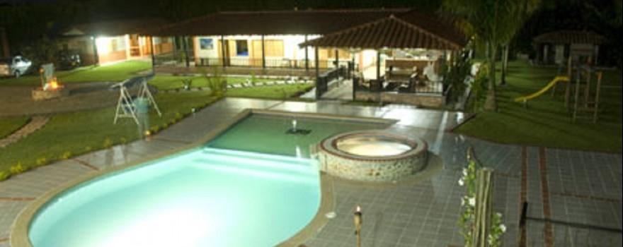 Vista nocturna de la piscina. Fuente: fincahotelibiza.com