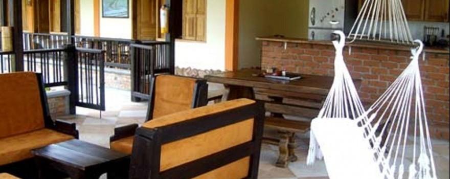 Sala de estar y cocina abierta. Fuente: fincahotelibiza.com